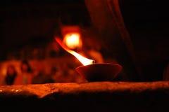 Καίγοντας κεριά κατά τη διάρκεια του Varanasi Puja ηλικίας φωτογραφία Στοκ Εικόνες