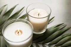 Καίγοντας κεριά κεριών και τροπικό φύλλο Στοκ φωτογραφία με δικαίωμα ελεύθερης χρήσης