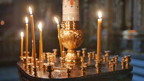 Καίγοντας κεριά μέσα σε μια εκκλησία απόθεμα βίντεο