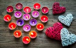 Καίγοντας κεριά με τις αναδρομικές καρδιές καλάμων Στοκ εικόνες με δικαίωμα ελεύθερης χρήσης