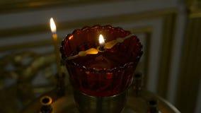 Καίγοντας κεριά μπροστά από το βωμό στην εκκλησία Επίκληση parishioner της εκκλησίας απόθεμα βίντεο