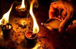 Καίγοντας κεριά στον ινδικό ναό. στοκ εικόνες