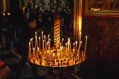 Καίγοντας κεριά στον κάτοχο κηροπηγίων στον καθεδρικό ναό της μητέρας Kanskaya του Θεού στοκ φωτογραφία με δικαίωμα ελεύθερης χρήσης
