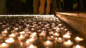 Καίγοντας κεριά στο έδαφος εκκλησιών φιλμ μικρού μήκους