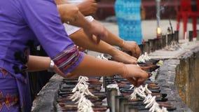 Καίγοντας κεριά στο βουδιστικό ναό, Katmandu, Νεπάλ απόθεμα βίντεο