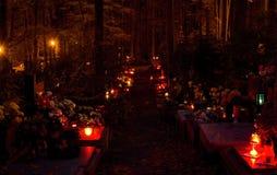 Καίγοντας κεριά στο νεκροταφείο Στοκ φωτογραφία με δικαίωμα ελεύθερης χρήσης