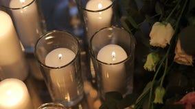 Καίγοντας κεριά στο παλαιό κηροπήγιο επεξεργασμένος-σιδήρου απόθεμα βίντεο