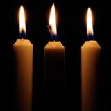 Καίγοντας κεριά στο σκοτάδι Στοκ εικόνα με δικαίωμα ελεύθερης χρήσης