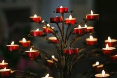 Καίγοντας κεριά φλογών σε έναν καθολικό καθεδρικό ναό Στοκ Φωτογραφία