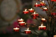 Καίγοντας κεριά φλογών σε έναν καθολικό καθεδρικό ναό Στοκ Εικόνες