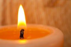 Καίγοντας κινηματογράφηση σε πρώτο πλάνο κεριών στο ελαφρύ υπόβαθρο στοκ εικόνες με δικαίωμα ελεύθερης χρήσης