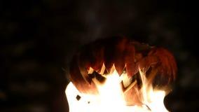 Καίγοντας κολοκύθα σε αποκριές περιτυλιγμένος απόθεμα βίντεο