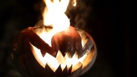 Καίγοντας κολοκύθα σε αποκριές περιτυλιγμένος φιλμ μικρού μήκους