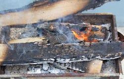 Καίγοντας κούτσουρα, άνθρακες με την πυρκαγιά στοκ εικόνες