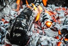 Καίγοντας κούτσουρα και χοβόλεις στην πυρκαγιά στοκ φωτογραφία με δικαίωμα ελεύθερης χρήσης