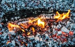 Καίγοντας κούτσουρα και χοβόλεις στην πυρκαγιά στοκ εικόνες με δικαίωμα ελεύθερης χρήσης