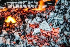Καίγοντας κούτσουρα και χοβόλεις στην πυρκαγιά στοκ φωτογραφίες με δικαίωμα ελεύθερης χρήσης