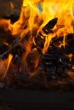 Καίγοντας κούτσουρα σχαρών Στοκ φωτογραφία με δικαίωμα ελεύθερης χρήσης
