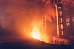 Καίγοντας μεγάλη βιομηχανική αίθουσα αποθηκών εμπορευμάτων Πυρκαγιά μέσα στο εσωτερικό εργοστασίων Στοκ Φωτογραφίες