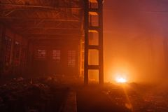 Καίγοντας μεγάλη βιομηχανική αίθουσα Πυρκαγιά στο εργοστάσιο Στοκ φωτογραφία με δικαίωμα ελεύθερης χρήσης