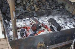 Καίγοντας ξυλάνθρακας για BBQ Στοκ Φωτογραφίες
