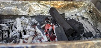 Καίγοντας ξυλάνθρακας με την τέφρα Στοκ Φωτογραφία
