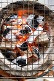 Καίγοντας ξυλάνθρακας με τη φλόγα στη σόμπα αργίλου με το gri μετάλλων Στοκ φωτογραφία με δικαίωμα ελεύθερης χρήσης