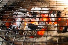 Καίγοντας ξυλάνθρακας με τη φλόγα στη σόμπα αργίλου με το gri μετάλλων Στοκ Φωτογραφίες