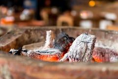Καίγοντας ξυλάνθρακας με τη φλόγα Στοκ φωτογραφία με δικαίωμα ελεύθερης χρήσης