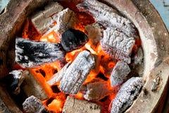 Καίγοντας ξυλάνθρακας με τη φλόγα Στοκ εικόνες με δικαίωμα ελεύθερης χρήσης