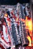 Καίγοντας ξυλάνθρακας στη σχάρα σχαρών Κάθετη όψη Στοκ φωτογραφία με δικαίωμα ελεύθερης χρήσης