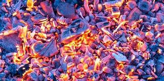 Καίγοντας ξυλάνθρακας ως υπόβαθρο σύσταση Στοκ Φωτογραφίες