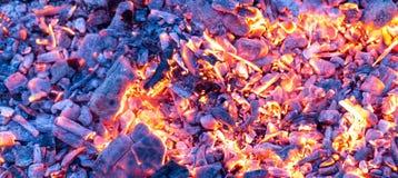 Καίγοντας ξυλάνθρακας ως υπόβαθρο σύσταση Στοκ Εικόνες