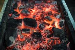 Καίγοντας ξυλάνθρακας για τη σχάρα Στοκ φωτογραφία με δικαίωμα ελεύθερης χρήσης