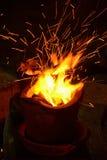 Καίγοντας ξυλάνθρακας πυρκαγιάς στη σόμπα. Στοκ εικόνα με δικαίωμα ελεύθερης χρήσης