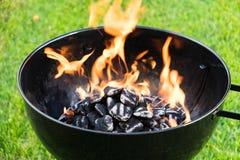 Καίγοντας ξυλάνθρακας σε μια σχάρα Στοκ Φωτογραφίες