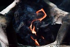 Καίγοντας ξυλάνθρακας στη σόμπα τσιμέντου στοκ εικόνα με δικαίωμα ελεύθερης χρήσης