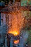 Καίγοντας ξύλο σομπών στη νύχτα Στοκ Εικόνα