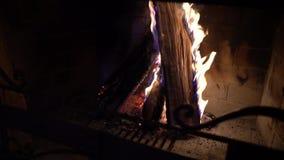 Καίγοντας ξύλο στην εστία στο σκοτάδι απόθεμα βίντεο
