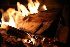 Καίγοντας ξύλο στην κινηματογράφηση σε πρώτο πλάνο σομπών και τους κόκκινους άνθρακες Στοκ Εικόνες