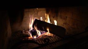 Καίγοντας ξύλο στην παραδοσιακή εστία στο σκοτάδι φιλμ μικρού μήκους