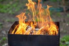 Καίγοντας ξύλο σε μια ανοικτή σχάρα ξυλάνθρακα Στοκ εικόνες με δικαίωμα ελεύθερης χρήσης