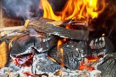 Καίγοντας ξύλο στην εστία και τις φλόγες Στοκ φωτογραφία με δικαίωμα ελεύθερης χρήσης