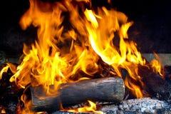 Καίγοντας ξύλο στην εστία κοντά επάνω στοκ εικόνες