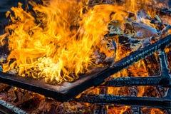 Καίγοντας ξύλο, φλόγα και καπνός στο μπλε υπόβαθρο Στοκ Φωτογραφία