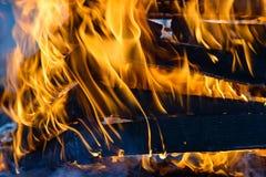 Καίγοντας ξύλο, φλόγα και καπνός στο μπλε υπόβαθρο Στοκ εικόνες με δικαίωμα ελεύθερης χρήσης