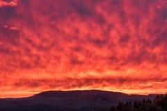 Καίγοντας ουρανός στη Νορβηγία μεγάλα βουνά βουνών τοπίων Φύση Στοκ φωτογραφία με δικαίωμα ελεύθερης χρήσης