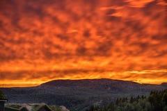 Καίγοντας ουρανός στη Νορβηγία μεγάλα βουνά βουνών τοπίων Φύση Στοκ Φωτογραφίες