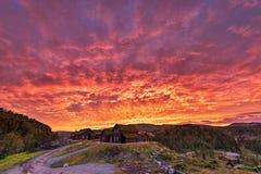 Καίγοντας ουρανός στη Νορβηγία Τοπική του χωριού αρχιτεκτονική και κόκκινος ουρανός Στοκ φωτογραφίες με δικαίωμα ελεύθερης χρήσης