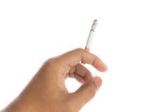 Καίγοντας που απομονώνεται τσιγάρο εκμετάλλευσης χεριών ατόμων Στοκ φωτογραφία με δικαίωμα ελεύθερης χρήσης